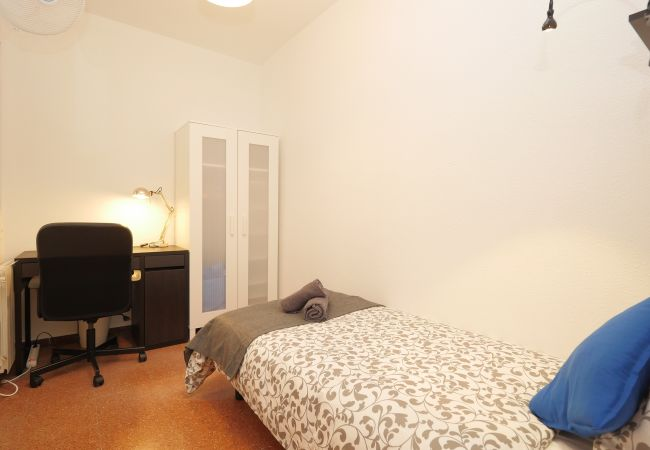 Rent by room in Barcelona - Rocafort Residence H1